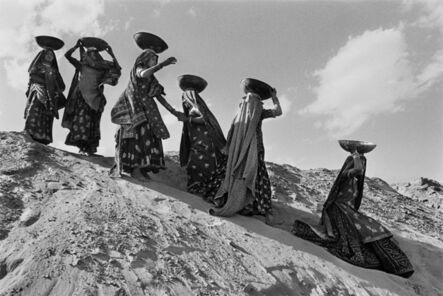 Sebastião Salgado, 'Workers on the canal construction site of Rajasthan, India.', 1990