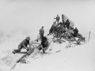Vittorio Sella, 'Posa delle travi per il basamento della capanna in primo piano Gaudenzio Sella'