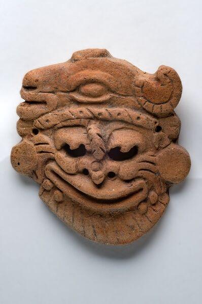 'Pendentif orange fin en forme de visage fantastique (Orange pendant in the shape of a fantastic face)'