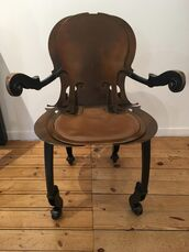 Fauteuil crosses violoncelle / Armchair with cello brackets
