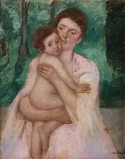 Femme en robe rose et enfant dans un jardin