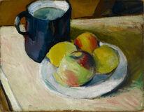 Milchkrug mit Äpfeln auf Teller