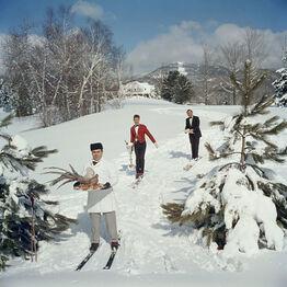 Slim Aarons, Skiing Waiters