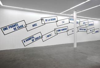 Lawrence Weiner: UNE POIGNEE DE CRAIE / A HANDFUL OF CHALK, installation view