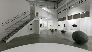 Jene Highstein: Space and Place, installation view