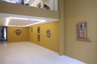 Macacos & Robôs, installation view