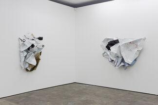 Olaf Metzel - Gelbes Mauerstück, installation view