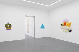 "JOSH SPERLING ""CHASING RAINBOWS"", installation view"