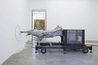Michael Sailstorfer: Freedom Fries am Arbeitsplatz, installation view