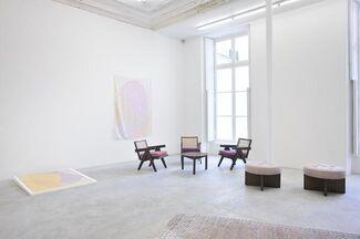 Dans un intérieur Meubles, oeuvres murales & textiles d'artistes, installation view