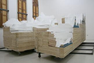 Y SIN EMBARGO SE MUEVE - Constanza Alarcon, installation view