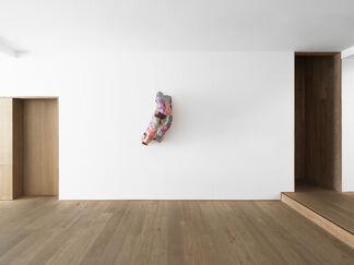 Lynda Benglis — Ceramics & Sparkle Sculptures, installation view