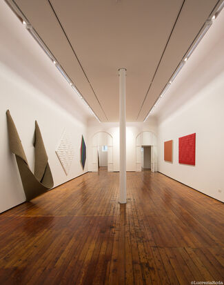 Enrico Castellani, Robert Mangold, Robert Morris, Kenneth Noland. A personal view of Abstract painting and sculpture, installation view