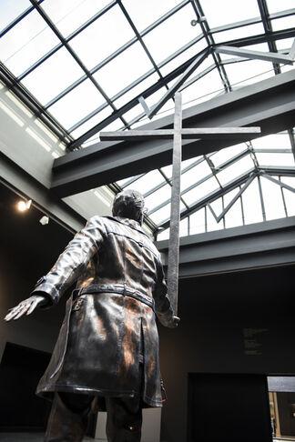 Jan Fabre. The man who bears the cross. Wax & Bronze., installation view
