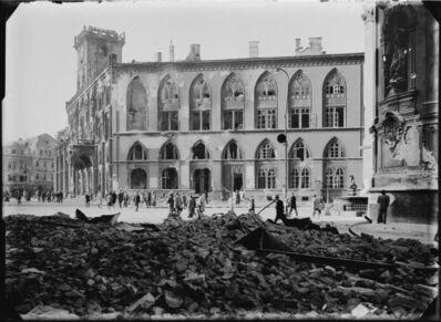 Josef Sudek, 'Place de la Vieille Ville – vue sur l'aile néogothique de l'Hôtel de ville depuis la rue Pařížská', 1945