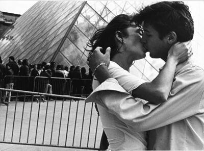 Robert Doisneau, 'Les amoureux de la Pyramide du Louvre', years 1970