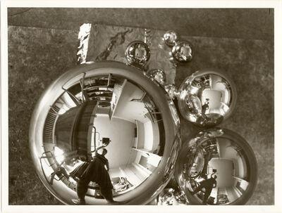 Marianne Brandt, 'L'Atelier se reflétant dans la boule (autoportrait dans l'atelier Bauhaus à Dessau)', 1928-1929
