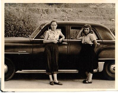 Alfredo Cortina, 'Elizabeth Schön y Elsa Gramcko apoyadas en un automóvil', 1962