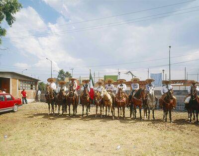 Bruno Serralongue, '« La Otra », Vendredi 28 avril 2006. La garde du Délégué Zéro. Lienzo Charro Los Reyes FPFVI - UNOPII Itzalpapal.', 2006