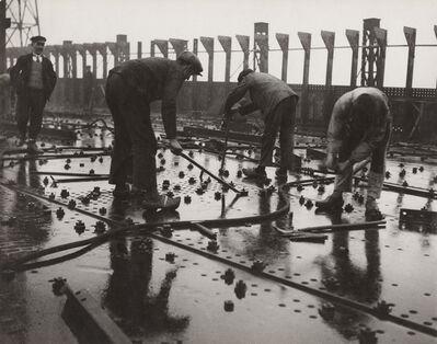 François Kollar, 'Construction des grands paquebots. Rivetage de tôles d'un pont de navire, chantier et ateliers de Saint-Nazaire à Penhoët', 1931-1932