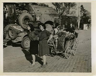 Margaret Bourke-White, 'Looters in Frankfurt', Printed 1945