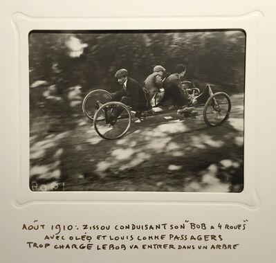 Jacques Henri Lartigue, 'Zissou conduisant son 'Bob a 4 Roues' avec oléo et Louis comme passagers trop chargé le Bob va entrer dans un arbre', 1910