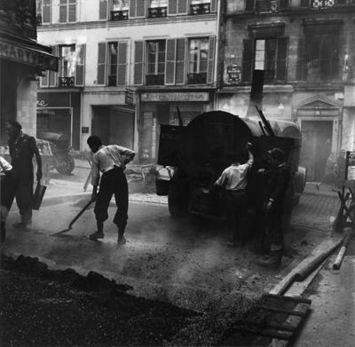 Louis Stettner, 'Rue des Martyrs. Goudronage', 1951