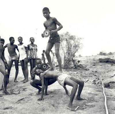 Malick Sidibé, 'pique-nique à la chaussée', 1972