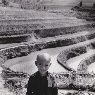 Agnès Varda, 'Chine, enfant devant les rizières vers Chongqing', 1957