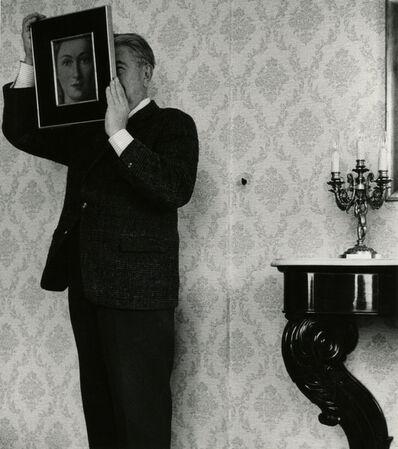 """René Magritte, 'René Magritte posant avec """"La Ressemblance"""" (partie de L'évidence éternelle"""" (1954)'"""