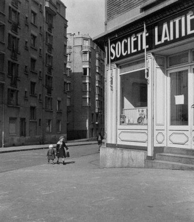 Robert Doisneau, 'Les petits enfants au lait', 1943