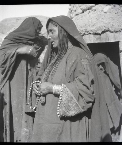 Ria Hackin, 'Bamiyan, femme de cette même tribu afghane [Faraki], coiffure de petites tresses serrées retombant sous le voile sur les épaules, remarques aussi les manches garnies de petits cabochons en argent', November 1934