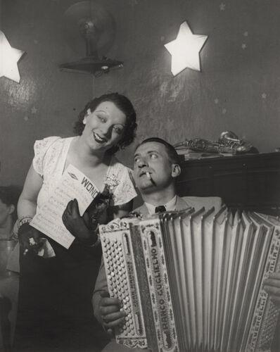Brassaï, 'Kiki avec son accordéoniste, au Cabaret des fleurs, à Montparnasse (Kiki with her accordion player at the Cabaret des Fleurs, Rue de Montparnasse)', ca. 1932