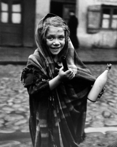 Roman Vishniac, 'Selma was sent to the store for a pot of soup and bottle of milk, Lodz', 1938