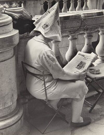 Ilse Bing, 'Vendeuse de journaux, place de la Concorde, Paris', 1947