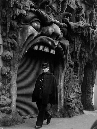 Robert Doisneau, 'L'enfert boite de nuit, Place Pigalle, Paris', 1952