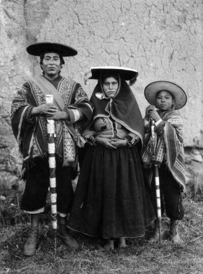 """Martín Chambi, 'Indio """"varayoc"""" y familia / Indian """"Varayoc"""" and family', 1934"""
