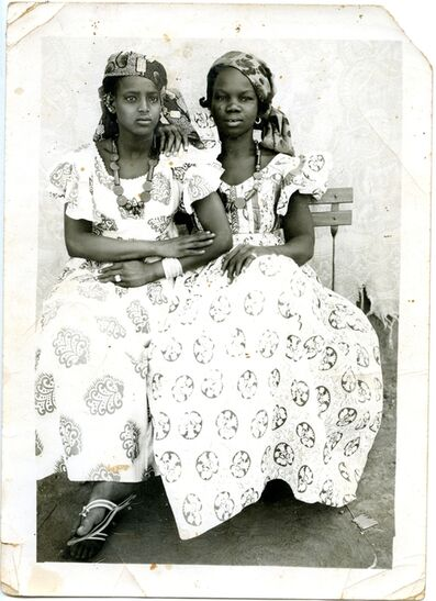Seydou Keïta, 'Sans titre (deux femmes assises - banc)'