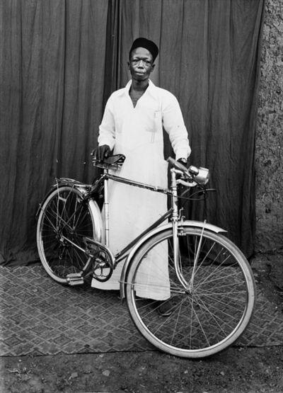 Seydou Keïta, 'Senza titolo (Uomo in bicicletta)', anni 1950