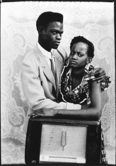 Seydou Keïta, 'Sans titre (Couple accoudé sur un poste de radio)', 1949