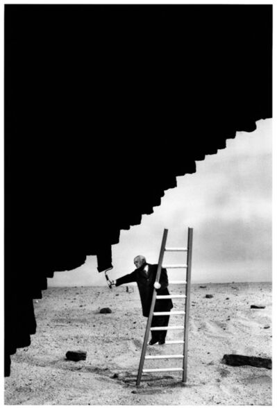 Gilbert Garcin, '289, Looking at contemporary painting'