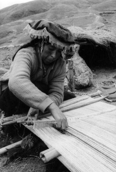 Martín Chambi, 'Mujer tejando / Woman Weaving', 1930s