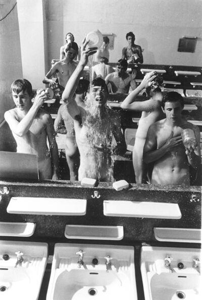 Will McBride, 'Mike und andere schmeissen Wasser beim Waschen', 1963
