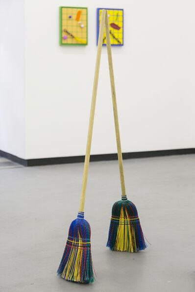 José Olano, 'Dos escobas en equilibrio', 2016