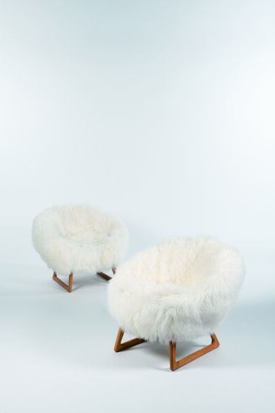 Kurt Østervig, 'Pair of low chairs in oak and lambskin', vers 1958