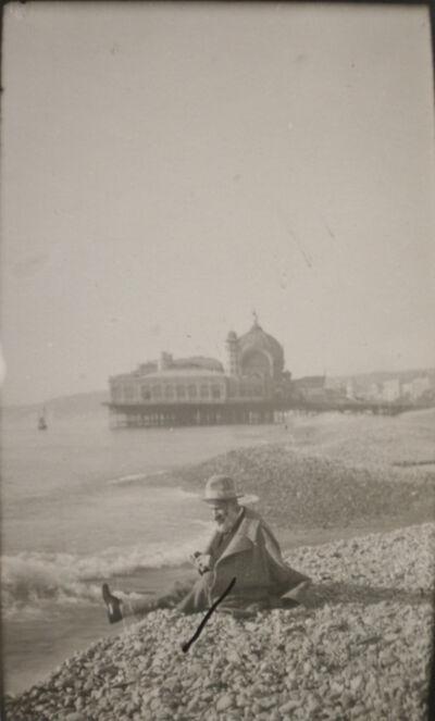 Constantin Brâncuși, 'Constantin Brancusi sur la plage de Nuce (au fond le casino de la jetée-promenade)', 1928