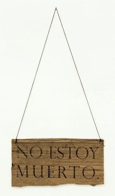 Moris, 'NO ESTOY MUERTO (Serie Letreros al cuello)', 2012