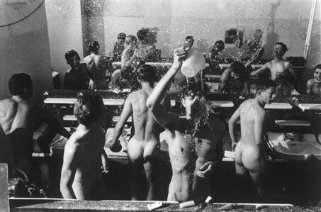 Will McBride, 'Jungen schmeissen Wasser auf sich', 1963
