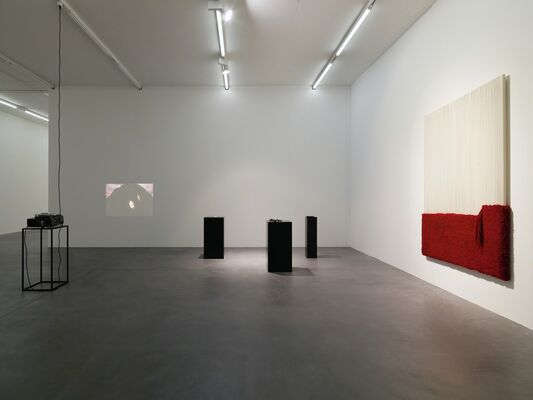 Latifa Echakhch, Ess ich das Buch mit allen Insignien, installation view