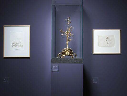 Jan Fabre. Oro Rosso sculture d'oro e corallo, disegni di sangue / Jan Fabre. Oro Rosso Golden and Coral Sculptures, Blood Drawings, installation view